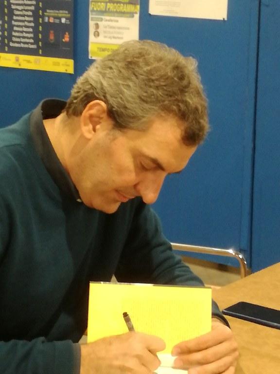 Mario Calabresi durante il firma copie