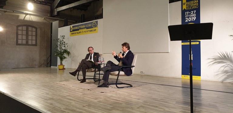 Nicola Porro con Luigi Mascheroni sul palco della Rassegna